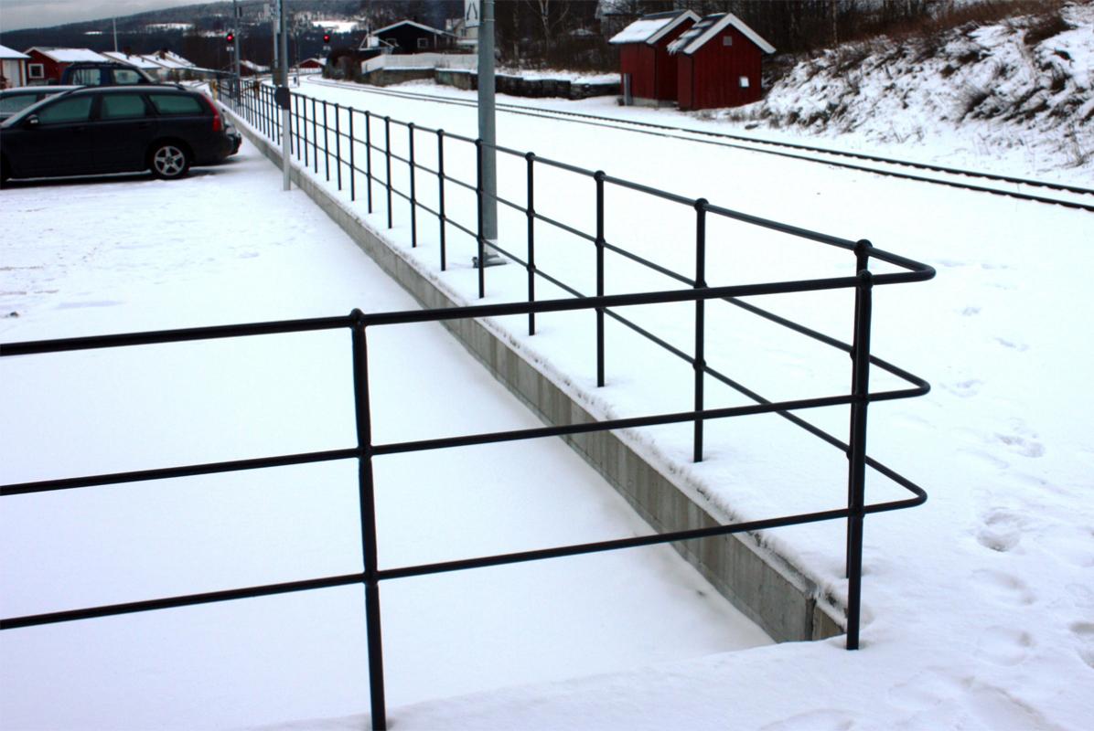 Rekkverk langs togskinnene Alvdal Stasjon